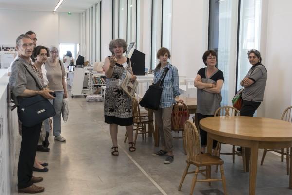 """Le groupe """"Mémoire d'Images"""" parmi le mobilier  (à taille d'enfant) de l'ancienne bibliothèque de l'Heure Joyeuse."""
